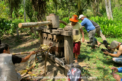 Learning how to make sugar cane juice at the indigenous community behind the eco-lodge San Miguel del Bala in San Buena Ventura. Photo credit: GLP films/IDRC